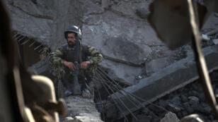 Un soldat afghan devant un bâtiment éventré à la suite de l'explosion d'un camion devant une académie de police à Kaboul, le 7 août 2015.