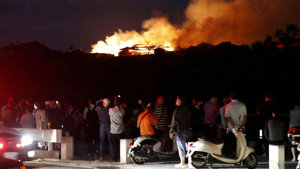 El castillo de Shuri, catalogado como Patrimonio de la Humanidad, se incendia en Naha, en la isla meridional de Okinawa, Japón , el 31 de octubre de 2019,