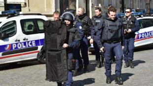 Déploiement de police aux abords des locaux parisens du FMI où un colis piégé a explosé, jeudi matin.