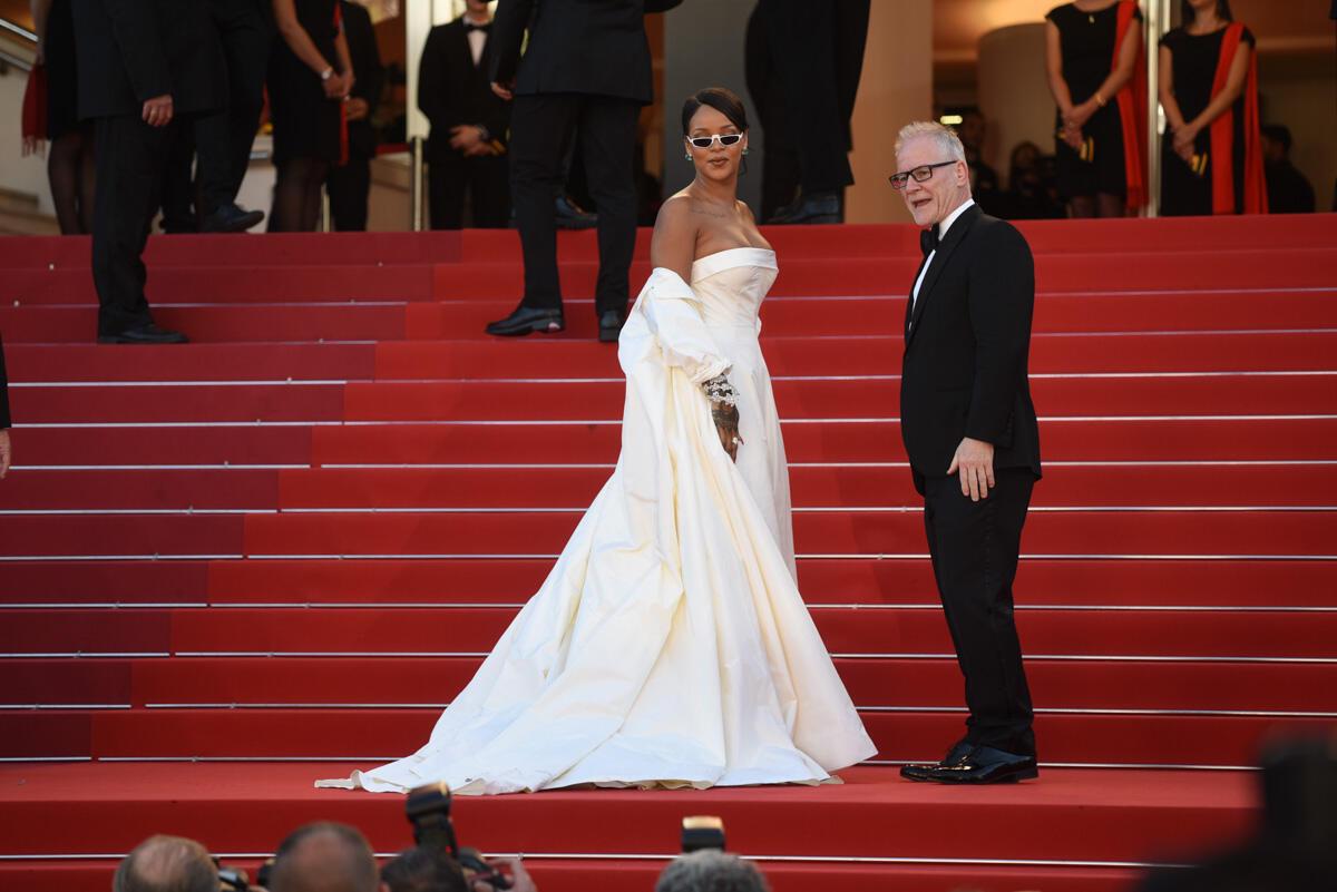 """Rihanna pose au sommet des marches avec le délégué général du Festival de Cannes, Thierry Frémaux, avant la première de """"Okja""""."""