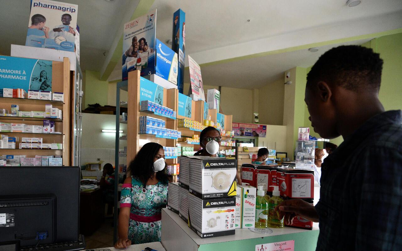 Des pharmaciennes portant des masques, à Abidjan, en Côte d'Ivoire, le 16 mars 2020.