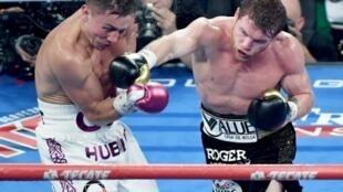 Le boxeur kazakh Gennady Golovkin (g) face au Mexicain Saul Alvarez pour la ceinture WBC, WBA et IBO, le 15 septembre 2018 à Las Vegas