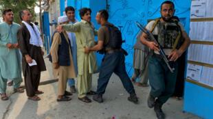 Contrôles de sécurité devant un bureau de vote de Jalalabad le 28 septembre.