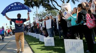 Con carteles banderas y franelas alusivas, los estudiantes cuestionaron la postura del Gobierno estadounidense en torno al control de armas.