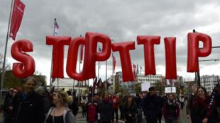 Des Allemands manifestent à Hannovre contre le TTIP, le 23 avril 2016.
