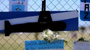 Des fleurs et des mots sont accrochés au grillage de la base navale argentine de Mar del Plata, le 25 novembre 2017.