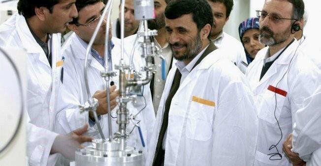 الرئيس السابق محمود أحمدي نجاد يتحدث مع خبراء نوويين.