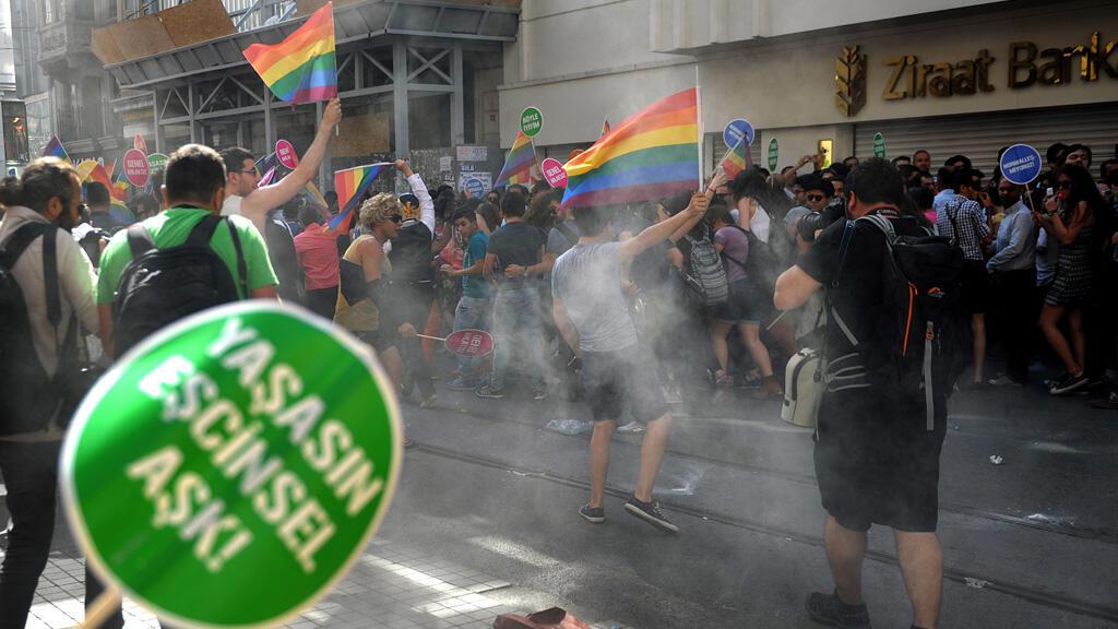 الشرطة التركية تفرق تظاهرة نظمها آلاف المثليين في إسطنبول في 28 حزيران/ يونيو 2015