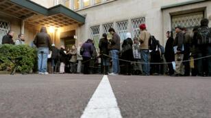 Des migrants font la queue à l'extérieur de la préfecture de Caen, le 14 novembre 2011.