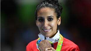 Inès Boubakri pose avec sa médaille de bronze olympique, le 10 août 2016 à Rio.