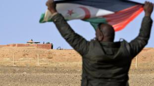 صورة من الارشيف تعود لتاريخ 3 شباط/فبراير 2017 تظهر شخصا يحمل علم جبهة البوليساريو في منطقة المحبس
