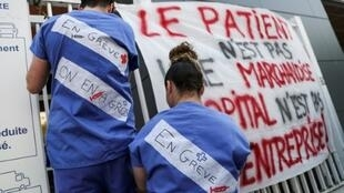 Employés des urgences de l'hôpital de la Pitié-Salpêtrière à Paris, le 15 avril 2019