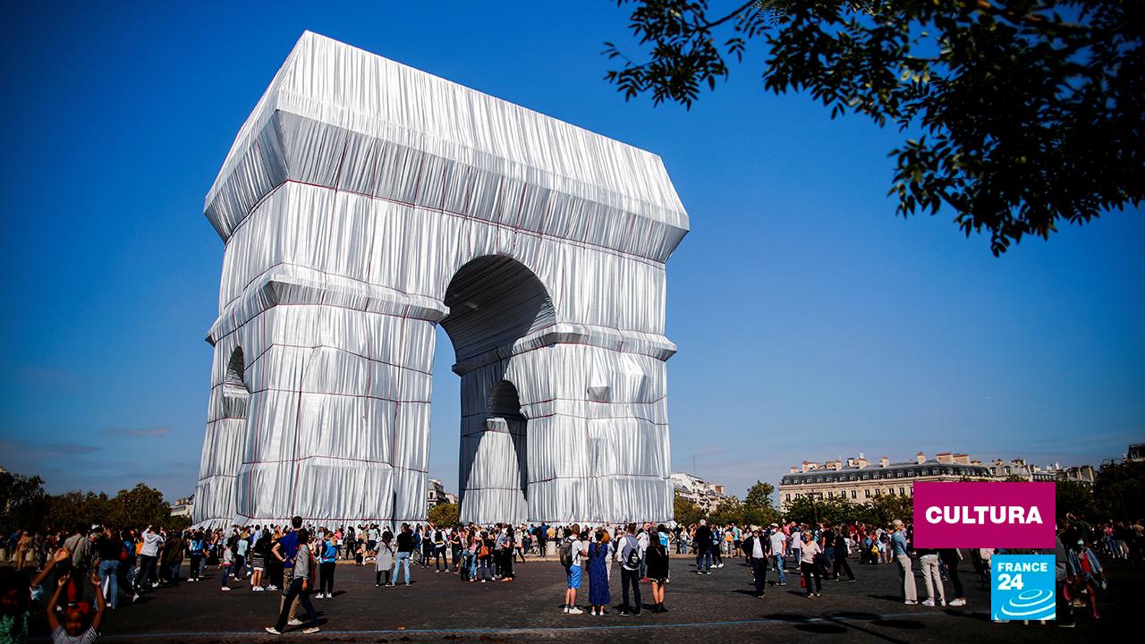 """El emblemático arco de París completamente envuelto como parte de una instalación titulada """"L' Arc de Triomphe Wrapped"""", concebida por los difuntos artistas Christo y Jeanne-Claude, en la avenida de los Campos Elíseos, Francia, el 18 de septiembre de 2021."""
