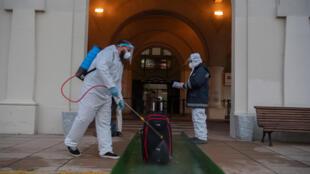 Desinfección de equipajes en el ingreso a la terminal del puerto de Montevideo, el 10 de julio de 2020