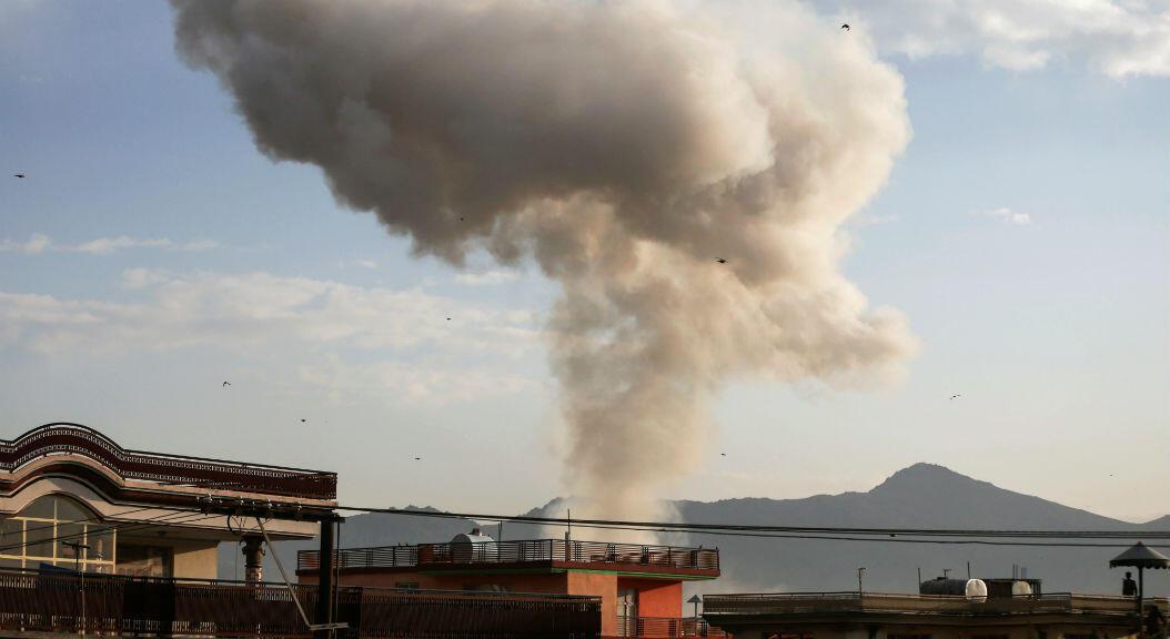 Imagen de una nube de humo producida después de un atentado suicida, en Kabul, Afganistán, el 13 de noviembre de 2019.