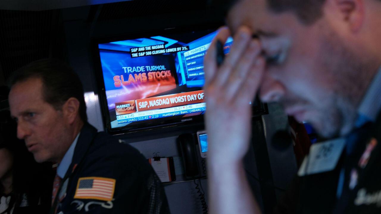 Trabajadores en la Bolsa de Nueva York, el 5 de agosto de 2019, luego de que el Dow Jones cayera más de 700 puntos por temor a una guerra comercial entre China y Estados Unidos.
