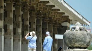 Des touristes prennent en photo le hall du mémorial de l'indépendance, monument incontournable de la ville de Colombo.