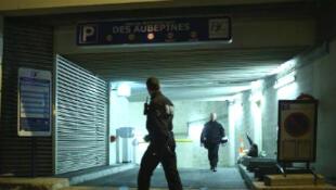 Des policiers à l'entrée du parking où le suspect a été arrêté.
