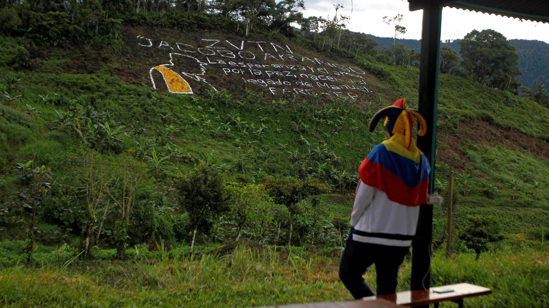 Un hombre acaba de ver un partido de fútbol entre exmiembros de los grupos guerrilleros de izquierda ELN y FARC, los grupos paramilitares de derecha y víctimas del conflicto armado en Daibeba, Colombia, el 19 de junio de 2018.