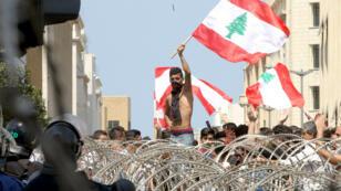 Des manifestants libanais devant un barrage des forces de l'ordre, le 23 août 2015, à Beyrouth.