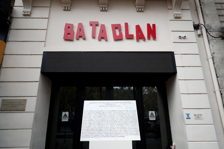 لوحة تذكارية أمام مدخل باتاكلان أحد مواقع الهجمات التي راح ضحيتها 130 شخصا، باريس، 13 نوفمبر 2018