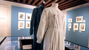 Un costume d'infirmière datant de la Première Guerre mondiale exposé à la Bibliothèque Forney.