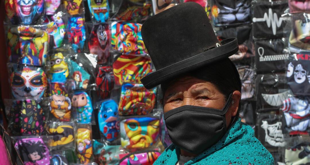 Archivo. Una mujer aymara camina el 25 de junio de 2020 en La Paz (Bolivia).