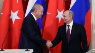 El presidente ruso, Vladímir Putin, y su homólogo turco, Recep Tayyip Erdogan, se dan la mano durante una conferencia de prensa después de su reunión en Moscú, Rusia. El 23 de enero de 2019.