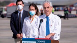 El presidente de Chile, Sebastián Piñera, ofrece una rueda de prensa durante la llegada de vacunas del laboratorio chino Sinovac, en el aeropuerto de Santiago, el 28 de enero de 2021.