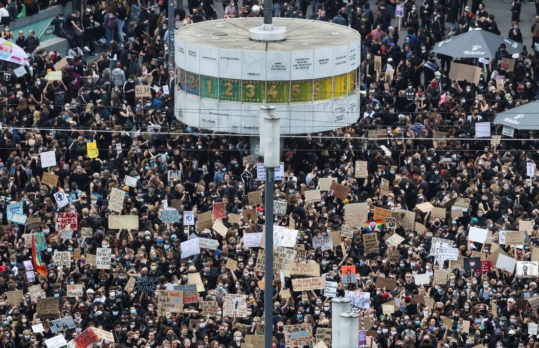 Manifestantes contra el racismo se reúnen en la plaza  Alexanderplatz, en Berlín, Alemania, el 6 de junio de 2020.