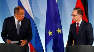 El canciller ruso, Serguéi Lavrov (izquierda) desestimó las acusaciones en contra del Gobierno sirio por el presunto uso de armas químicas en una posible ofensiva sobre Idlib.