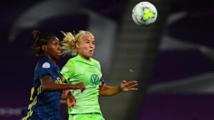 L'attaquante danoise de Wolfsburg, Pernille Harder (d), lors de la finale de la Ligue des champions face à Lyon, à San Sebastian, le 30 août 2020
