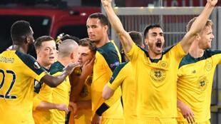 """لاعبو سلتيك الإسكتلندي يحتفلون بهدف التعادل في مرمى لاتسيو الإيطالي في .لمباراة التي جمعت بين الفريقين ضمن دور المجموعات للدوري الأوروبي """"يوروبا ليغ"""" في 7 تشرين الثاني/نوفمبر"""