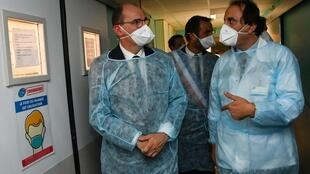 Le Premier ministre Jean Castex (g) visite le CHU de Montpellier, le 11 août 2020