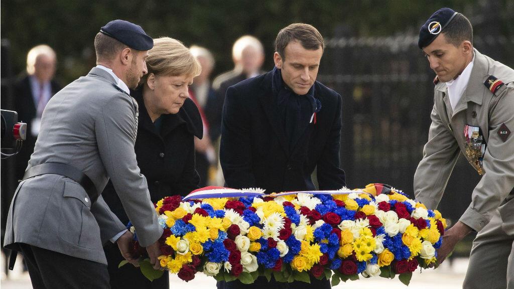 El mandatario francés, Emmanuel Macron, junto a la canciller alemana, Angela Merkel, y un soldado de cada país durante la ofrenda floral de la ceremonia por el centenario del armisticio que puso fin a la Primera Guerra Mundial. Compiegne, Francia, 10 de noviembre de 2018.