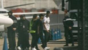 البرازيلي نيمار محاطا برجال الشرطة بعد خروجه من الطائرة في مطار لو بورجيه قرب باريس الجمعة 4 أيار/مايو 2018