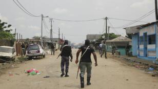 Patrouille de la gendarmerie à Libreville, près du siège de la radio-télévision gabonaise après la tentative de putsch, le 7janvier2019.