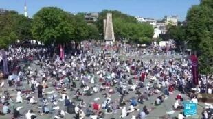 2020-07-24 15:01 Plusieurs milliers de fidèles aux côtés d'Erdogan à Sainte-Sophie