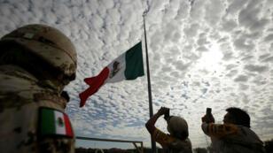 Los soldados durante una ceremonia en memoria de las víctimas del terremoto de septiembre de 2017, en Ciudad Juárez, México, el 19 de septiembre de 2019.