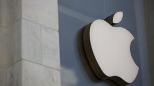 Facebook a annoncé vendredi avoir trouvé un accord avec Apple pour que le fabricant et exploitant de l'iPhone suspende jusqu'à la fin de l'année sa commission de 30% sur certaines transactions