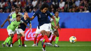 Le pénalty transformé par Wendie Renard durant le match Nigeria - France, le 17 juin 2019.