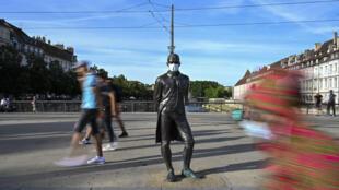 Una estatua del arquitecto e ingeniero naval francés Claude de Jouffroy d'Abbans con una máscara facial, en Besanzón, al este de Francia, el 23 de julio de 2020