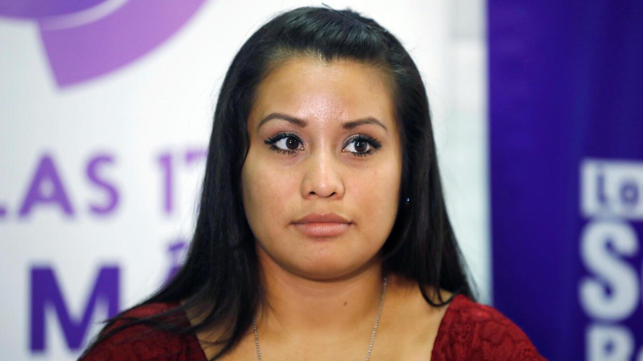Evelyn Hernández se dirige a la prensa nacional e internacional en una rueda de prensa celebrada dos días después de su absolución tras abortar.