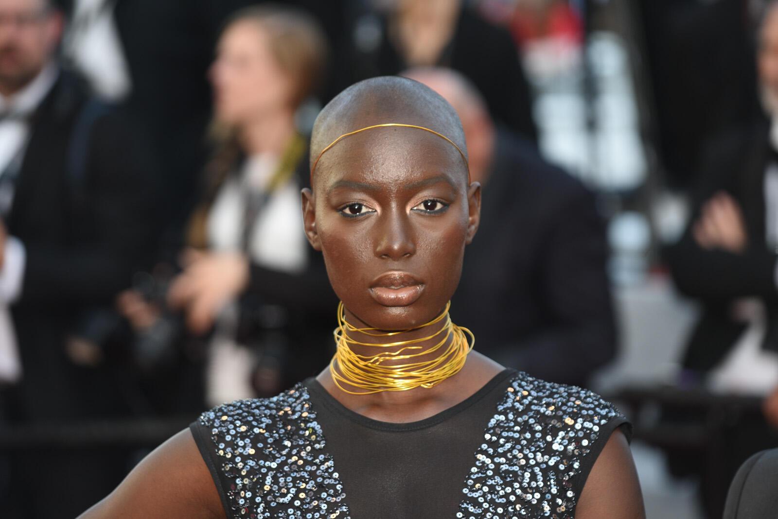 La supermodelo tanzana Miriam Odemba posa sobre la alfombra roja.