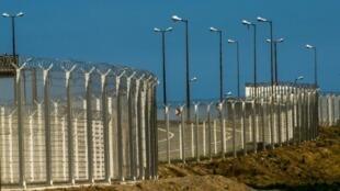 """سيبنى الجدار """"المضاد للتسلل"""" الذي يبلغ طوله كيلومترا واحدا وارتفاعه أربعة أمتار على طرفي الطريق السريع المؤدي إلى مرفأ كاليه"""