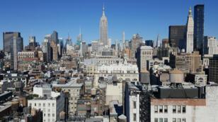 L'Empire State Building trône au milieu de Manhattan.