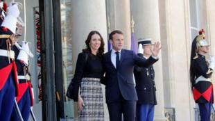 El presidente francés, Emmanuel Macron , saluda junto a la primera ministra de Nueva Zelanda, Jacinda Ardern, tras su llegada para una reunión en el palacio de Elíseo antes del lanzamiento del 'Llamamiento de Christchurch' contra el terrorismo en internet. 15 de mayo de 2019.