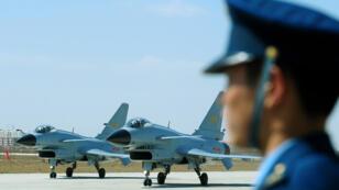 Photo d'archive de chasseurs chinois J-10