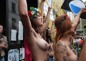 أول مظاهرة للتجمع النسائي بفرنسا