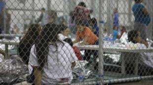 Esta foto de la Oficina Aduanas y Protección Fronteriza de los EE. UU., tomada el 17 de junio de 2018 y obtenida el 18 de junio de 2018, muestra a menores de edad separados de sus padres por la patrulla fronteriza luego de haber cruzado ilegalmente la frontera y haber sido conducidos al Centro de Procesamiento de McAllen, Texas, Estados Unidos.
